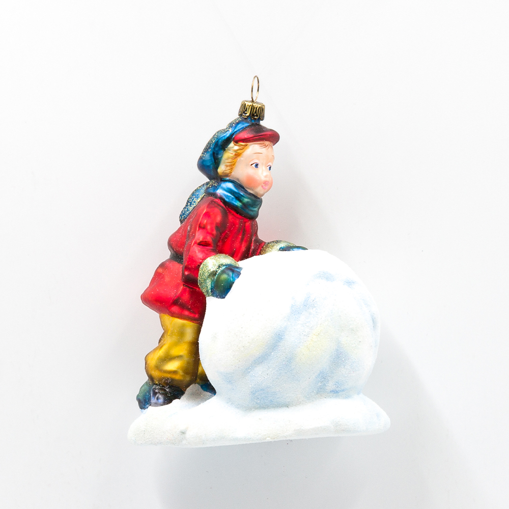 Chłopiec z kulą śniegu