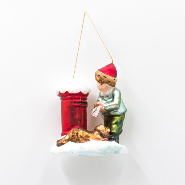 Chłopiec z listem do Świętego Mikołaja