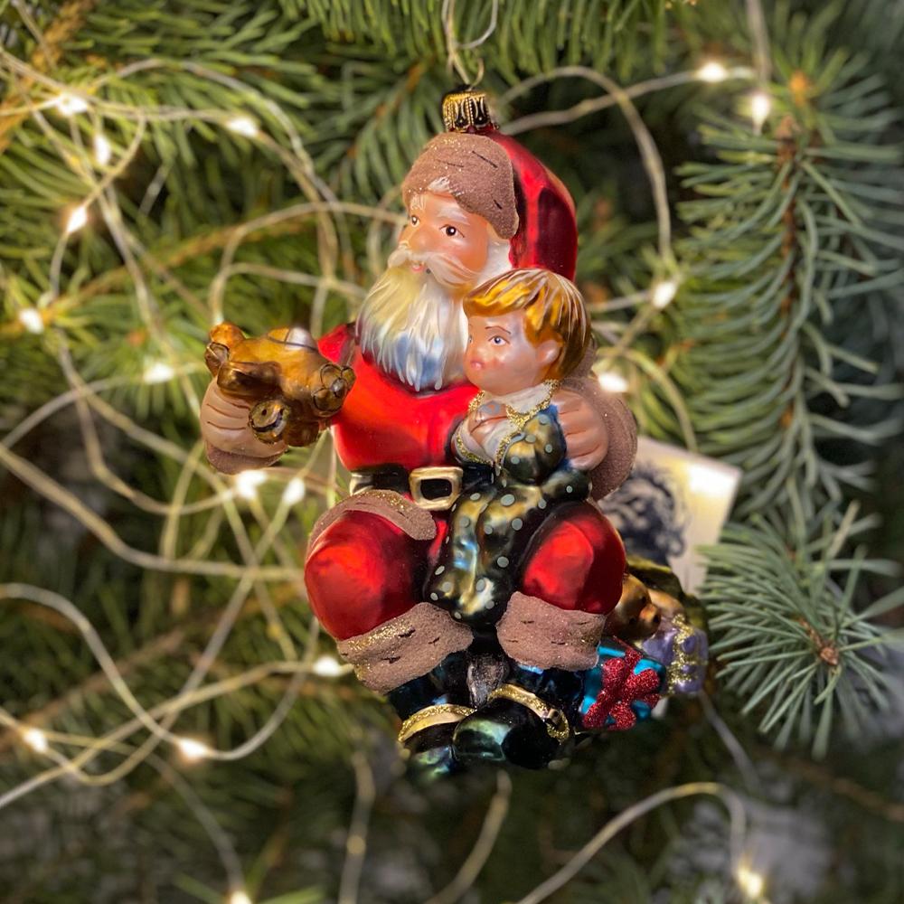 Mikołaj z chłopcem i samolotem