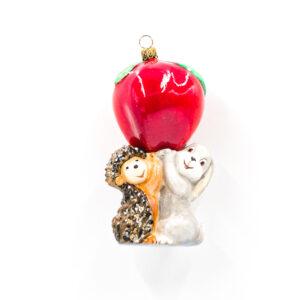 jeż i zając trzymające jabłko