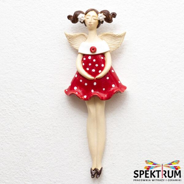 anioł w czerwonej sukience w grochy