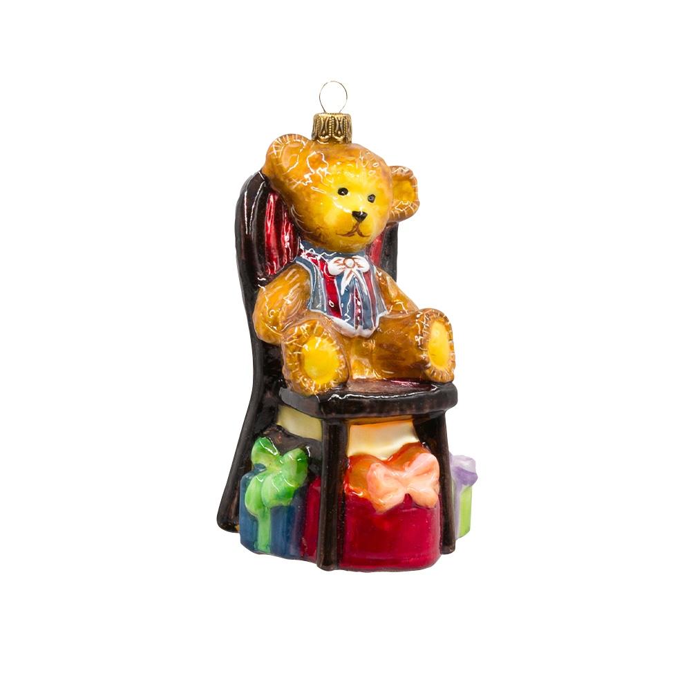 miś na krześle z prezentami