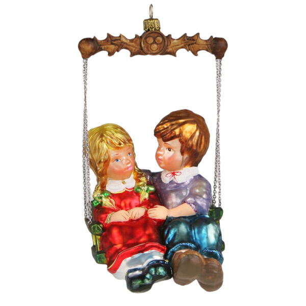 Dziewczynka i chłopiec na huśtawce