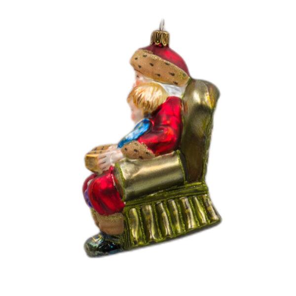 Mikołaj z dzieckiem w fotelu szklana bombka ręcznie wykonana