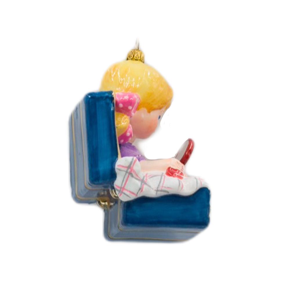 Dziewczynka w walizce z zabawkami
