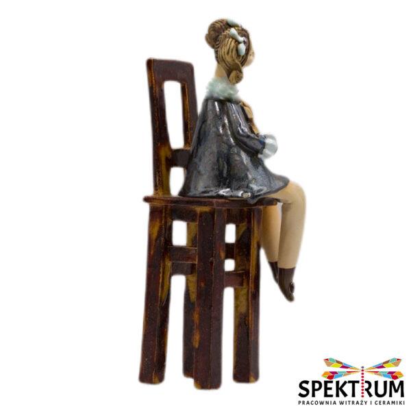 Dziewczynka na krześle ze skrzypcami
